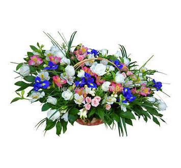 Композиция в корзине из роз, альстромерий, ирисов, фрезий и зелени