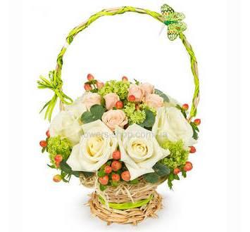 Цветочная корзина из одиночных и кустовых роз с гиперикумом и зеленью