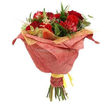 Розы и альстромерии в красной упаковке