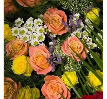 Хризантемы, розы и трахелиум в сборном букете