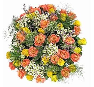 Круглый букет из роз и мелких хризантем в сизали
