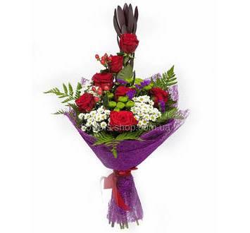 Каскадный букет из роз, хризантем и гиперикума