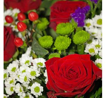 Красные розы, хризантемы и гиперикум
