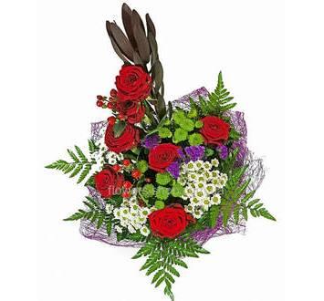Высокий букет из хризантем, роз Фридом, зелени в упаковке