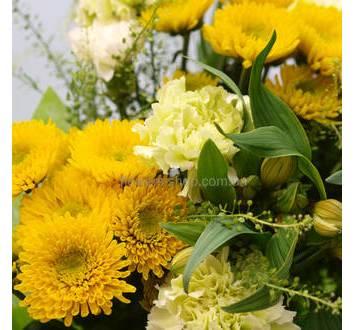 Букет из желтых хризантем, белых гвоздик и альстромерий