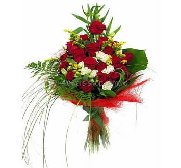 Каскадный букет из роз, альстромерий, солидаго и листьев монстеры