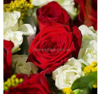 Красные и белые розы, альстромерии, декоративная зелень, упаковка