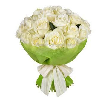Круглый букет их белых роз в декоративной упаковке