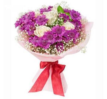 Букет из белых роз и хризантем, в декоративной упаковке