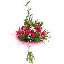 Букет из розовых роз и альстромерий, рускуса и листьев феникса