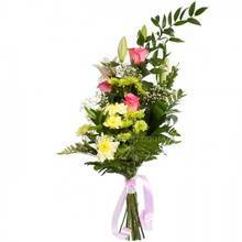 Высокий букет из роз, лилий, хризантем, гипсофилы и декоративной зелени рускуса
