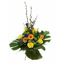 Букет из желтых роз, гербер, зеленых хризантем, ирисов и гиперикума, зеленых листьев монстеры и аспидистры