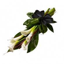 Букет с каллами и листьями аспидистры