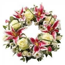 Венок из кустовых и одиночных роз, хризантем, розовых лилий и декоративной зелени