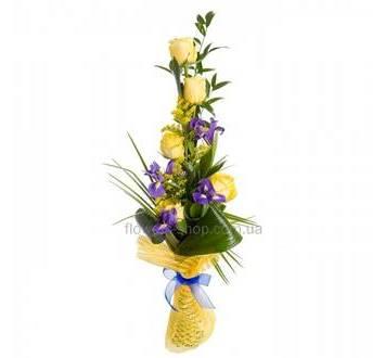 Букет из желтых роз и ирисов, с зеленью берграсса, рускуса и аспидистры