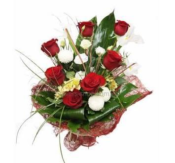 Букет из белых ирисов, роз Фридом, альстромерий, хризантем, лизиантусов, листьев монстеры и аспидистры