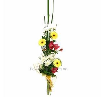 Высокий букет из хризантем, гербер и альстромерий упакованный в сетку