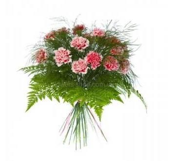 Букет из гвоздик с ледервареном и декоративной зеленью