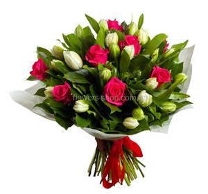 Розы и тюльпаны с зеленью во флористической бумаге