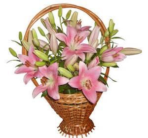 Корзина с розовыми лилиями