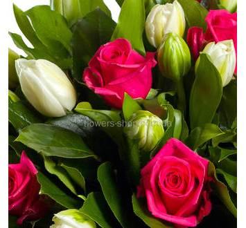 Букет из тюльпанов и роз с зеленью.