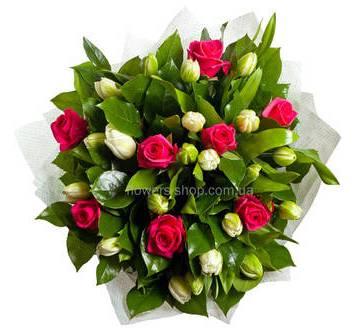 Букет из белых тюльпанов и розовых роз с листьями салала