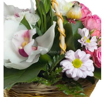 Цветочная корзина с хризантемами, розами и орхидеей