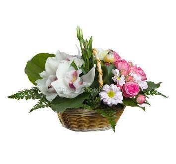 Композиция из кустовых роз, хризантем и орхидей в корзине