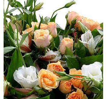 Кустовые розы, альстромерии  и лизиантусы