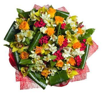Разноцветный букет из желтых роз, орхидей, фрезии, бувардии и зелени