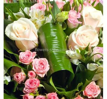 Розы Талея, белые эустомы и розовые кустовые розы