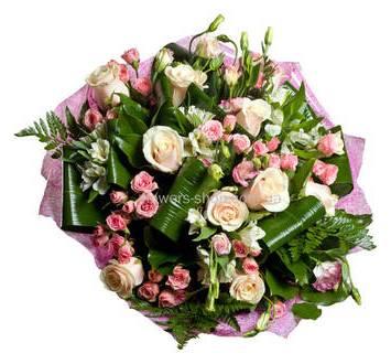 Букет из роз двух сортов, альстромерий и лизиантусов с зеленью аспидистры и ледерварена