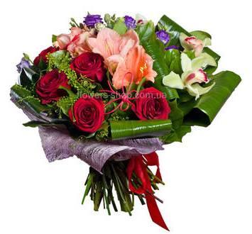 Букет с амариллисом, эустомами, орхидеями и розами