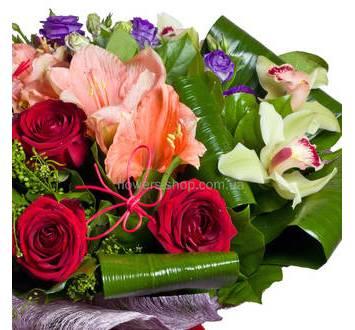 Гипеаструм и красные розы, орхидея цимбидиум и эустома в одном букете