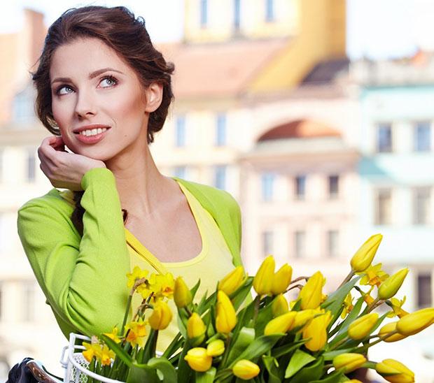 красивая девушка с тюльпанами
