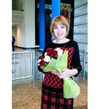 Получательница в Чернигове с доставленным букетом