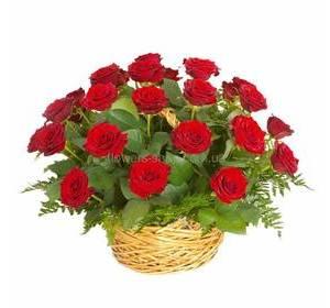 Красные розы с ледервареном в корзине
