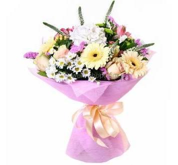 Светлый букет из роз, альстромерий, хризантем, гортензий, статицы, в упаковке