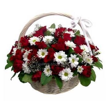 Корзина из красных роз и белых хризантем с зеленью и гипсофилой