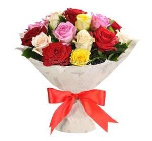 Букет из разноцветных роз в декоративной упаковке