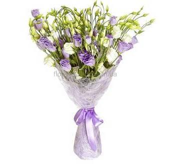 Букет из фиолетовых лизиантусов в упаковке