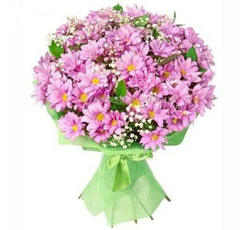 Розовая хризантема в букете