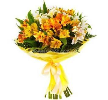 Букет из желтых альстромерий и ледерварена, в декоративной упаковке