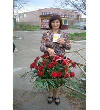 Корзина красных роз для юбилярши из Черновцов