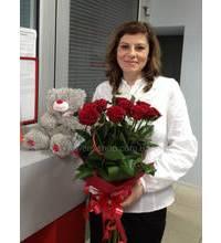 Букет из красных роз с игрушкой доставлены в Макеевку