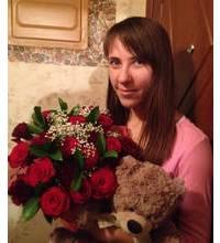 Букет в красных тонах из роз, гвоздик и игрушка - фото доставки.