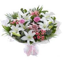 Большой букет из лилий, орхидей дендробиум, кустовых и одиночных роз, зелени феникса, в упаковке