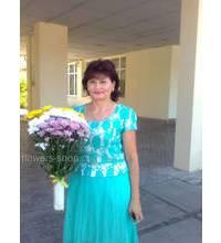 Получательница букета из разноцветных хризантем