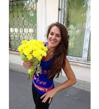 Смеющаяся девушка с желтыми цветами