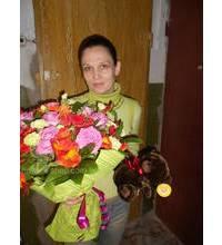 Фото получательницы сборного букета и игрушки